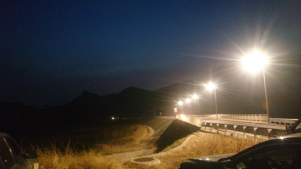 这个路灯的尽头就是我们所在地了